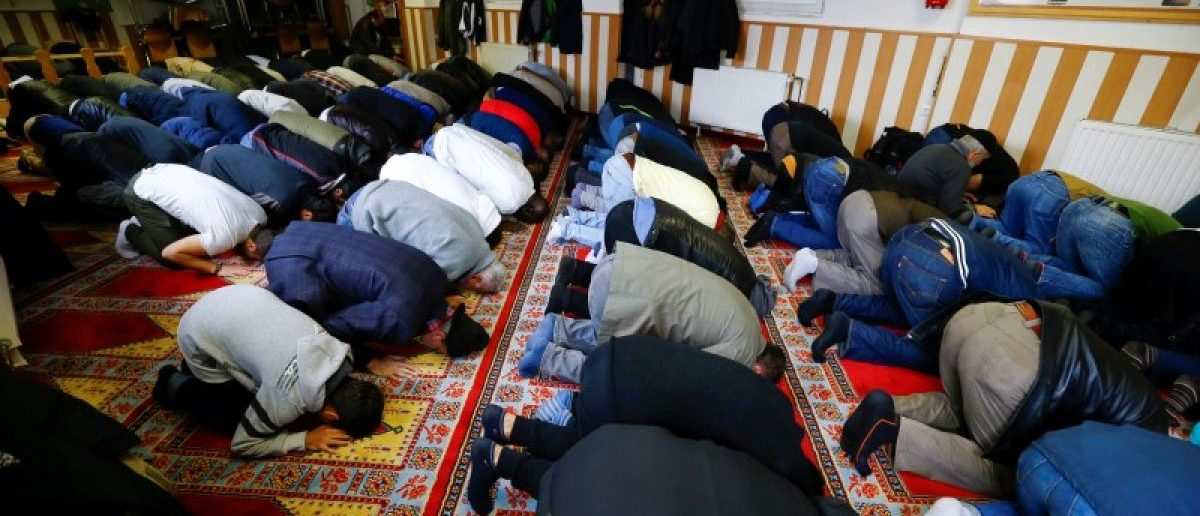 Muslims pray during Friday prayers at the Turkish Kuba Camii mosque located near a hotel housing refugees in Cologne's district of Kalk, Germany, October 14, 2016.     REUTERS/Wolfgang Rattay