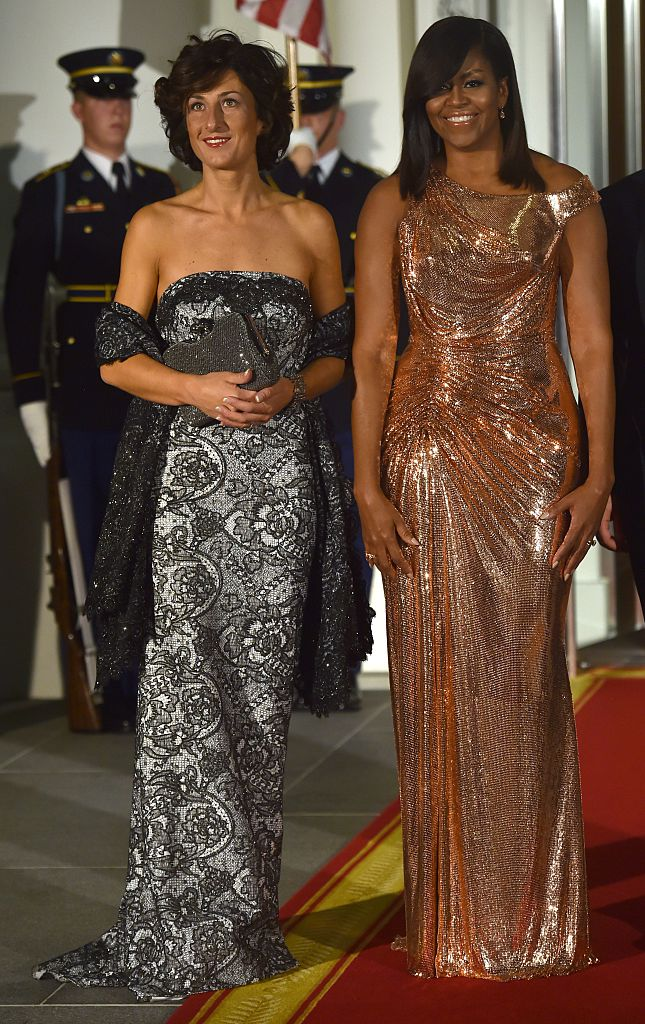 US First Lady Michelle Obama poses for a photo with the wife of the Italian Prime Minister Agnese Landini. (Photo credit should read NICHOLAS KAMM/AFP/Getty Images)