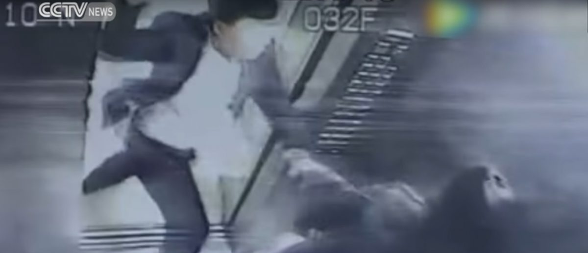 Man attacks a woman in an elevator because she asked him to stop smoking (Youtube screenshot)