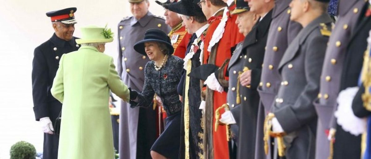 Britain's Queen Elizabeth (2 L) meets Prime Minister Theresa May (4 L) during the ceremonial welcome for Colombia's President Juan Manuel Santos, and his wife, Maria Clemencia Rodriguez de Santos, on Horse Guards Parade , in central London, Britain November 1, 2016. REUTERS/Gareth Fuller/Pool