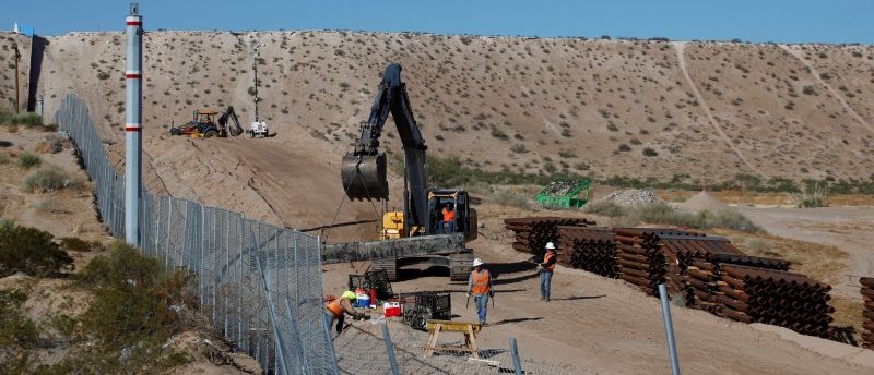 U.S. workers build a section of the U.S.-Mexico border wall at Sunland Park, U.S. opposite the Mexican border city of Ciudad Juarez, Mexico, November 9, 2016. Picture taken from the Mexico side of the U.S.-Mexico border. REUTERS/Jose Luis Gonzalez