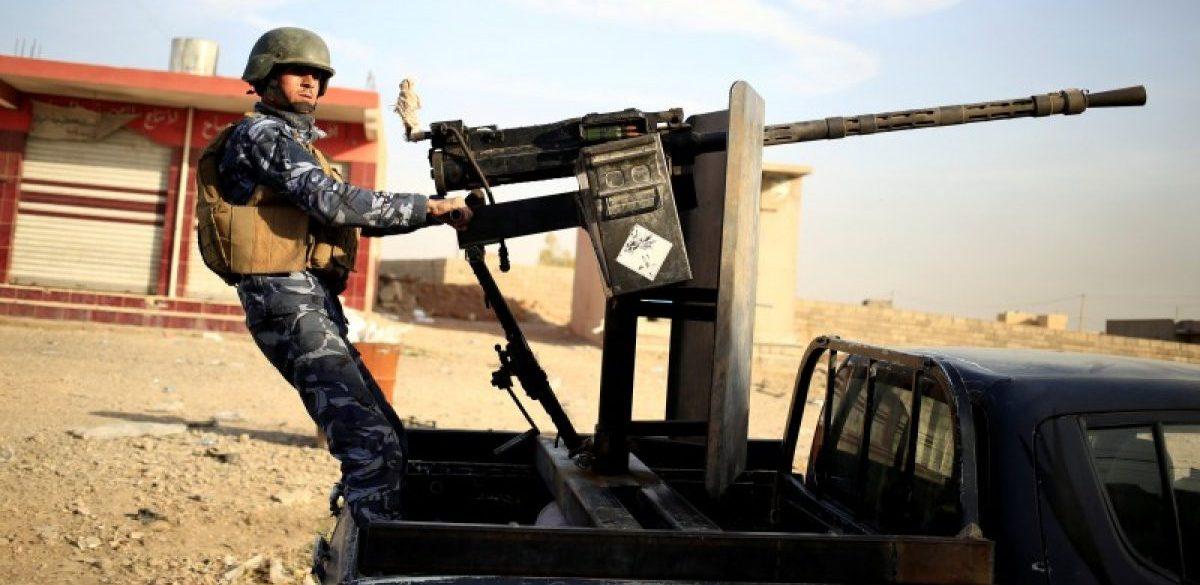 An Iraqi federal policeman aims his heavy machine gun on a vehicle in Samah district, eastern Mosul, Iraq November 12, 2016. REUTERS/Zohra Bensemra