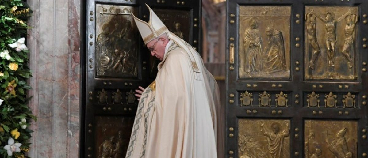 Pope Francis closes the Holy Door to mark the closing of the Catholic Jubilee Year of Mercy in the Saint Peter's Basilica at the Vatican November 20, 2016.    REUTERS/Tiziana Fabi/Pool