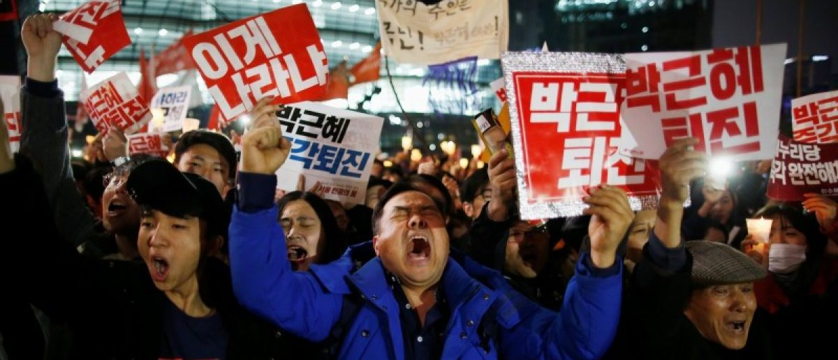 People chant slogans as they march toward the Presidential Blue House during a protest calling South Korean President Park Geun-hye to step down in Seoul, South Korea, November 19, 2016. REUTERS/Kim Hong-Ji