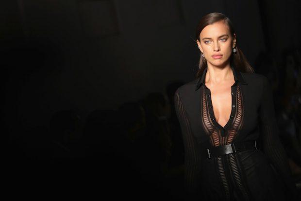 MILAN, ITALY - SEPTEMBER 24: Model Irina Shayk walks the runway at the Bottega Veneta show during Milan Fashion Week Spring/Summer 2017 on September 24, 2016 in Milan, Italy. (Photo by Vittorio Zunino Celotto/Getty Images)