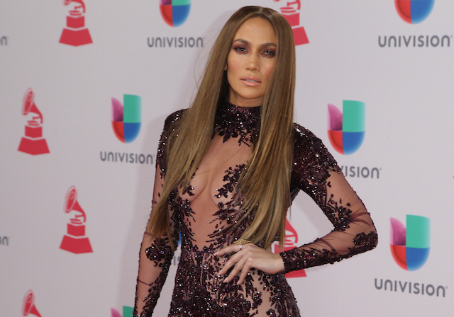 Jennifer Lopez arrives for the 17th Annual Latin Grammy Awards on November 17, 2016, in Las Vegas, Nevada. / AFP / Tommaso Boddi (Photo credit should read TOMMASO BODDI/AFP/Getty Images)