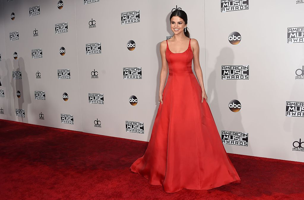 Selena Gomez arrives looking amazing for the 2016 American Music Awards. (Photo credit: VALERIE MACON/AFP/Getty Images)