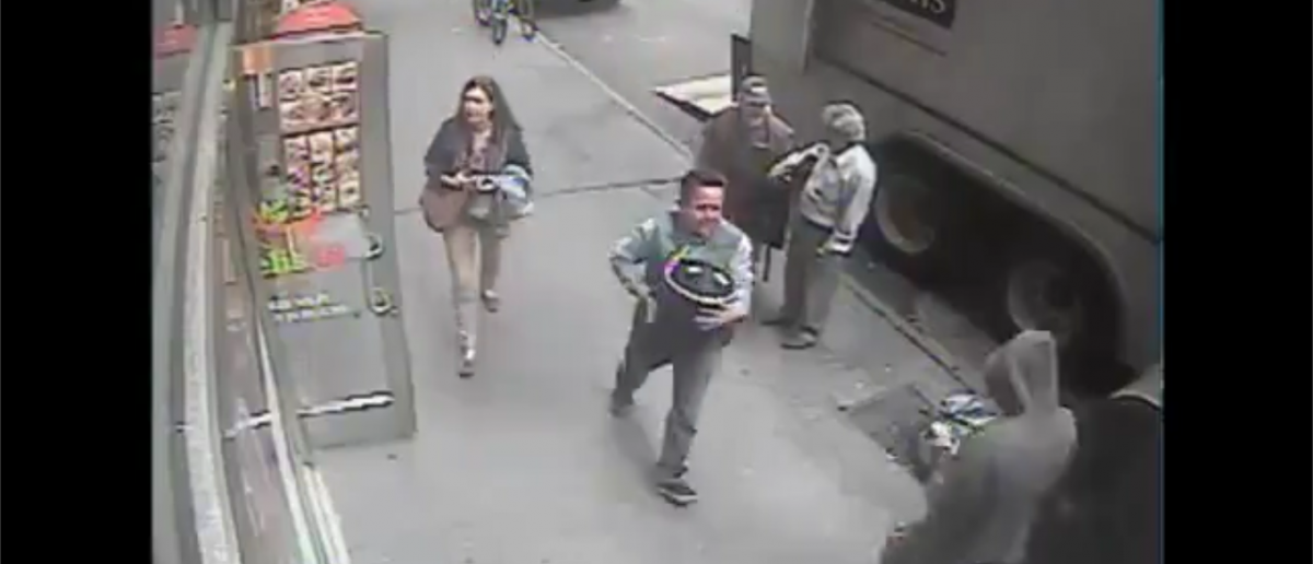 A thief makes off with 86 pounds of gold flakes in New York City. Source: YouTube screenshot