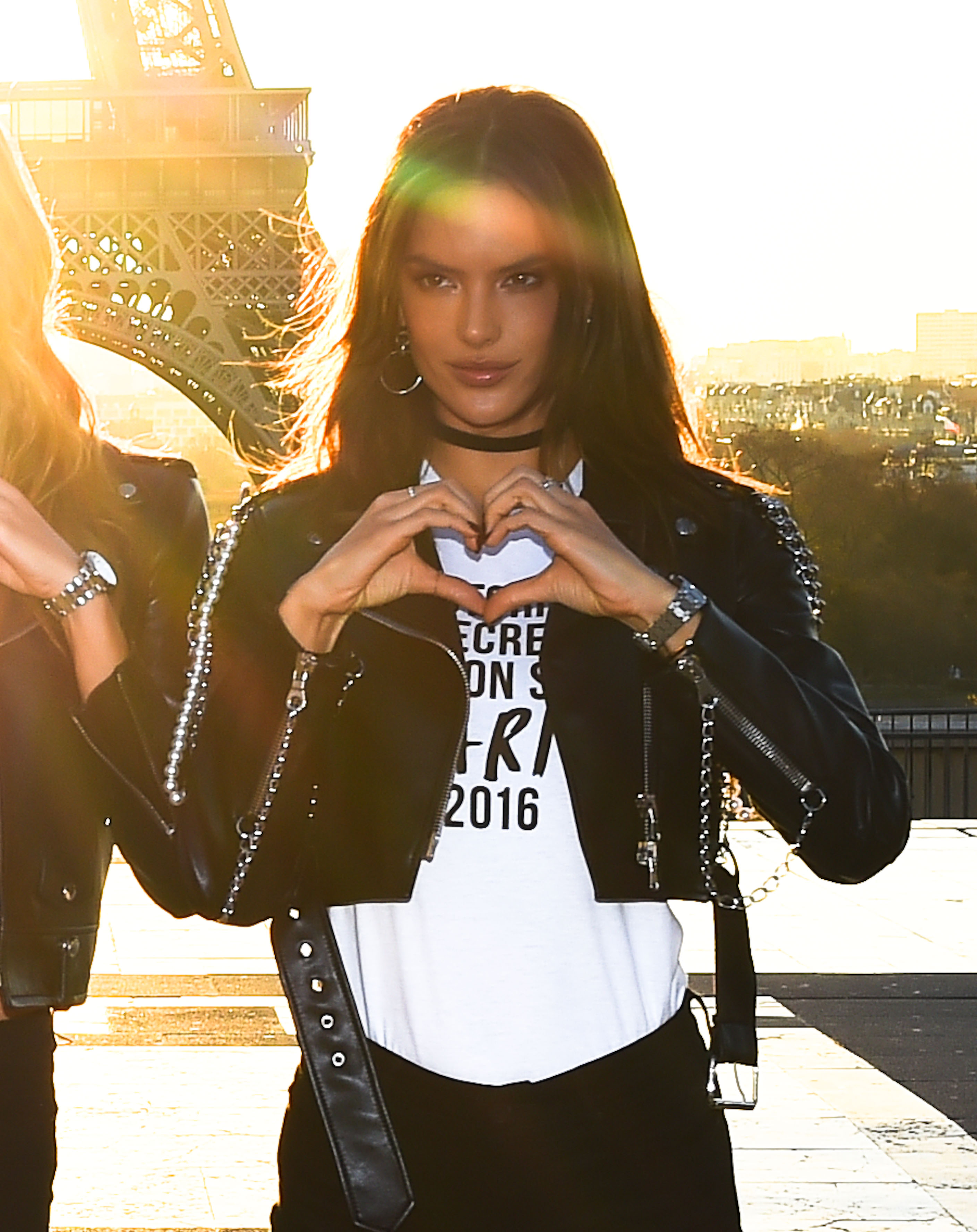 Alessandra Ambrosio posea in front of the Eiffel Tower (Photo credit: Splash News)