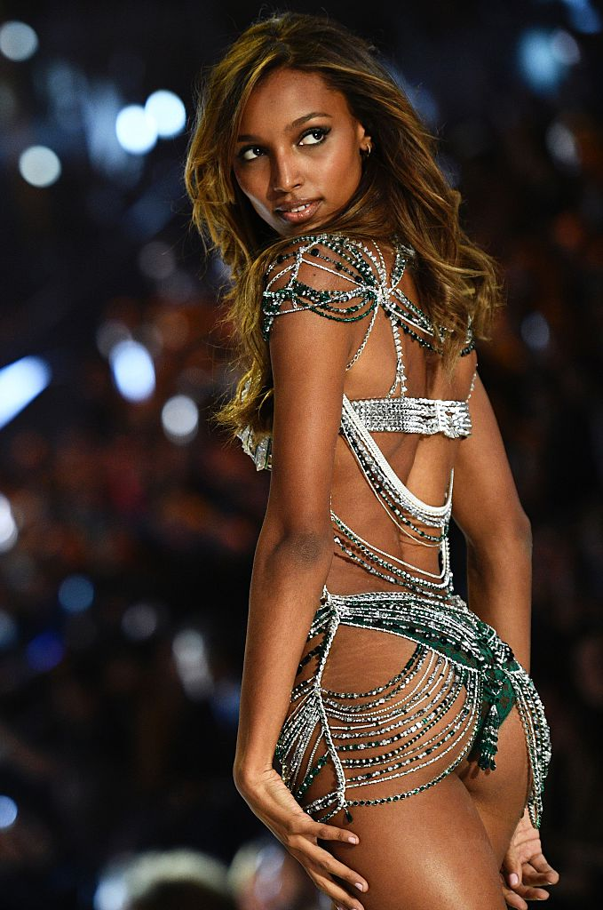 Jasmine Tookes presents the $3 Million 2016 Bright Night Fantasy Bra during the 2016 Victoria's Secret Fashion Show at the Grand Palais in Paris on November 30, 2016. / AFP / Martin BUREAU / RESTRICTED TO EDITORIAL USE (Photo credit should read MARTIN BUREAU/AFP/Getty Images)