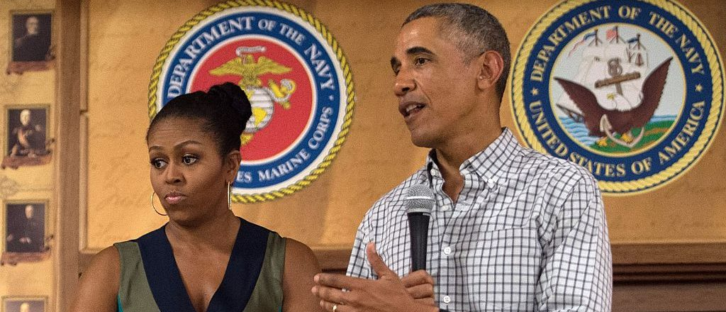 US President Barack Obama addresses troops with First Lady Michelle Obama at Marine Corps Base Hawaii in Kailua on December 25, 2016. / AFP / NICHOLAS KAMM        (Photo credit should read NICHOLAS KAMM/AFP/Getty Images)