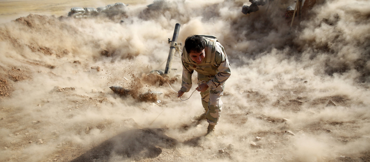 A Kurdish Peshmerga fighter launches mortar shells towards Zummar, controlled by Islamic State (IS), near Mosul September 15, 2014. REUTERS/Ahmed Jadallah (IRAQ - Tags: CIVIL UNREST CONFLICT TPX IMAGES OF THE DAY) - RTR46B59