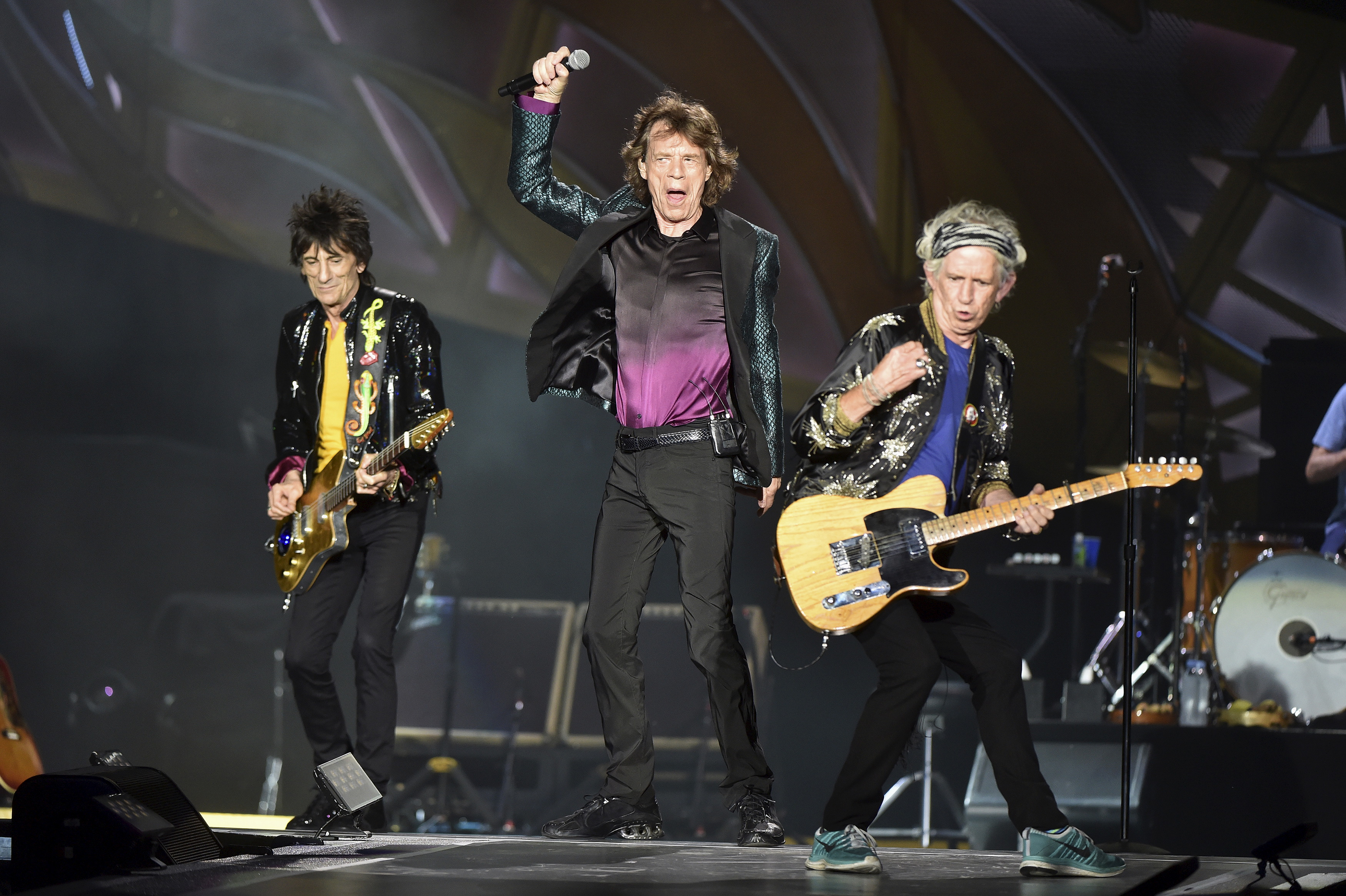 "British veteran rockers The Rolling Stones lead singer Mick Jagger performs in front of bandmates Ron Wood (L) and Keith Richards during a concert on their North American ""Zip Code"" tour in Nashville, Tennessee June 17, 2015. REUTERS/Ron Modra - RTX1H09Z"