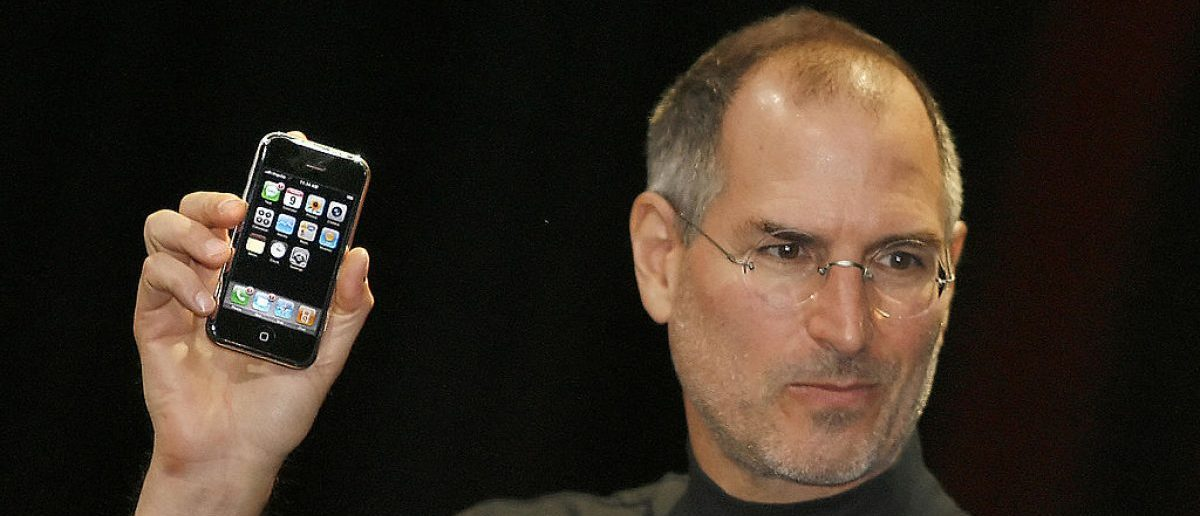 "Apple chief executive Steve Jobs unveils a new mobile phone that can also be used as a digital music player and a camera, a long-anticipated device dubbed an ""iPhone"" at the Macworld Conference 09 January 2007 in San Francisco, California. (Photo credit: TONY AVELAR/AFP/Getty Images)"