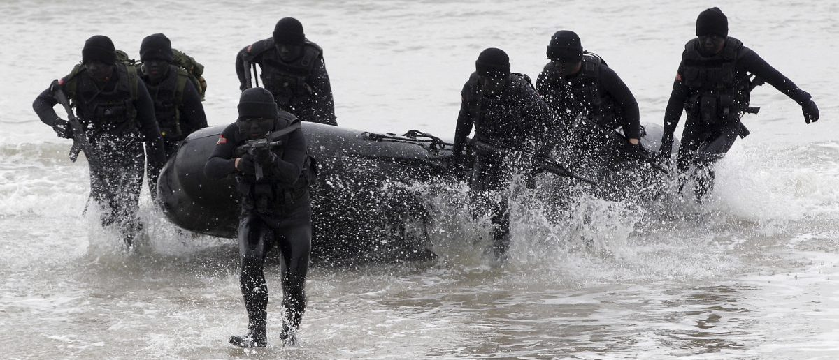 Taiwan's military frogmen take part during a drill in Kinmen, Taiwan's offshore island, January 26, 2016. REUTERS/Pichi Chuang