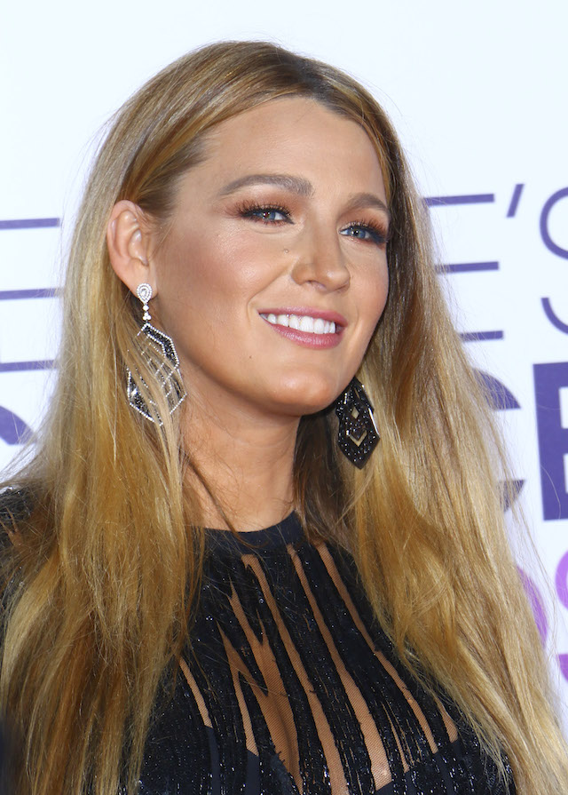 Blake Lively arrives at the People's Choice Awards held at the Microsoft Theater in Downtown LA. <P> Pictured: Blake Lively <B>Ref: SPL1424842 180117 </B><BR /> Picture by: ITM / Splash News