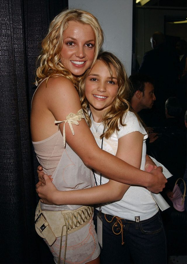 Britney Spears and Jamie Lynn Spears backstage during Nickelodeon's 16th Annual Kids' Choice Awards at the Barker Hangar April 12, 2003 in Santa Monica, California. (Photo by Frank Micelotta/Getty Images)