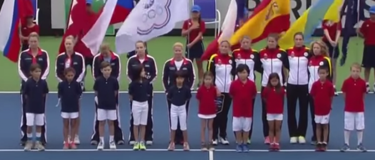 Tennis players line up for the singing of the German national anthem. (screenshot from Youtube)