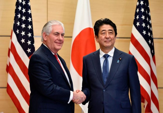 Rex Tillerson, Shinzo Abe (Getty Images)