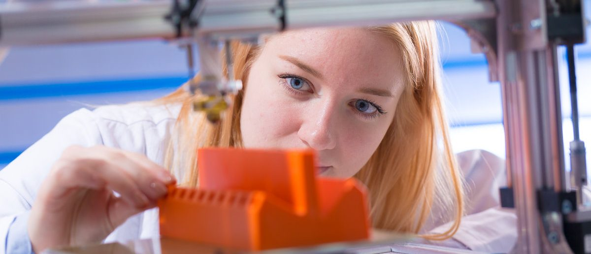 Young woman work with 3d printer  (Shutterstock/science photo)