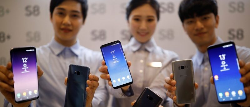 Models pose with Samsung Electronics' Galaxy S8 smartphones during a media event at a company's building in Seoul, South Korea, April 13, 2017. REUTERS/Kim Hong-Ji