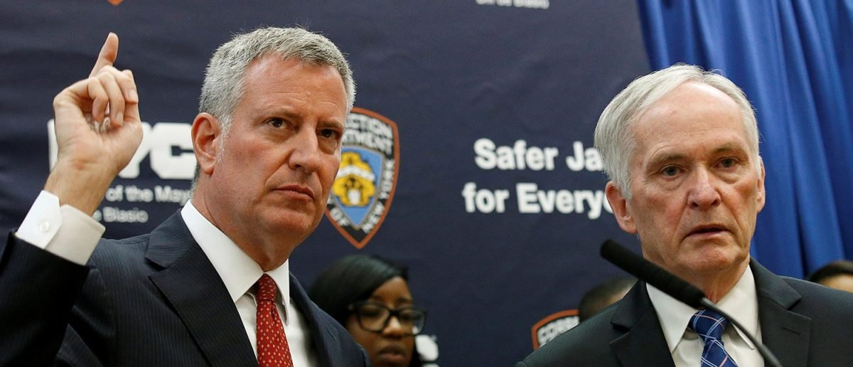 New York Mayor Bill de Blasio (L) speaks during a news conference at Rikers Island jail in New York City, U.S. September 1, 2016. (PHOTO: REUTERS/Brendan McDermid)