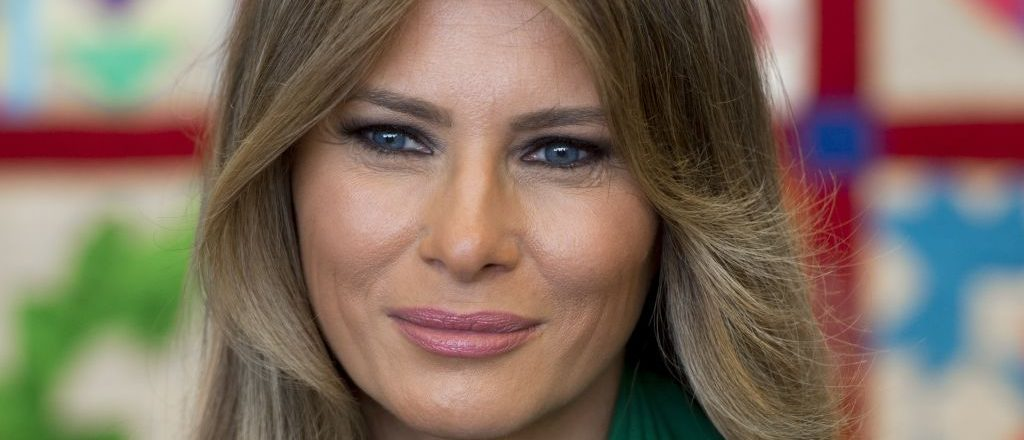 US First Lady Melania Trump talks with students during a visit with Jordan's Queen Rania to the Excel Academy Public Charter School in Washington, DC, April 5, 2017. / AFP PHOTO / SAUL LOEB (Photo credit should read SAUL LOEB/AFP/Getty Images)