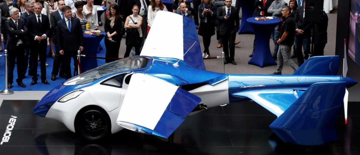 AeroMobil, a flying car prototype, is pictured during a ceremony marking the taking over of the rotating presidency of the European Council by Slovakia, in Brussels, Belgium, July 7, 2016. [REUTERS/Francois Lenoir]
