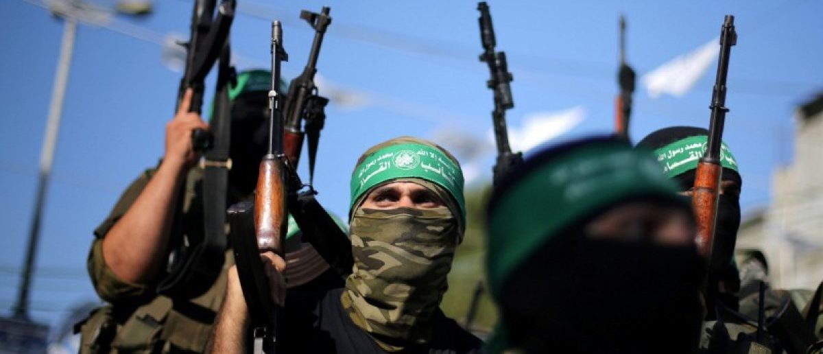 FILE PHOTO: Hamas militants hold weapons as they celebrate the release of Palestinian prisoner Mohammed al-Bashiti, who served 12 years in an Israeli jail after he was convicted of being a member of Hamas' armed wing, in Rafah in the southern Gaza Strip July 25, 2016. REUTERS/Ibraheem Abu Mustafa/File Photo