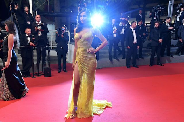 Russian model Irina Shayk poses as she arrives on May 23, 2017 for the screening of the film 'Hikari' (Radiance) at the 70th edition of the Cannes Film Festival in Cannes, southern France. / AFP PHOTO / Alberto PIZZOLI (Photo credit should read ALBERTO PIZZOLI/AFP/Getty Images)