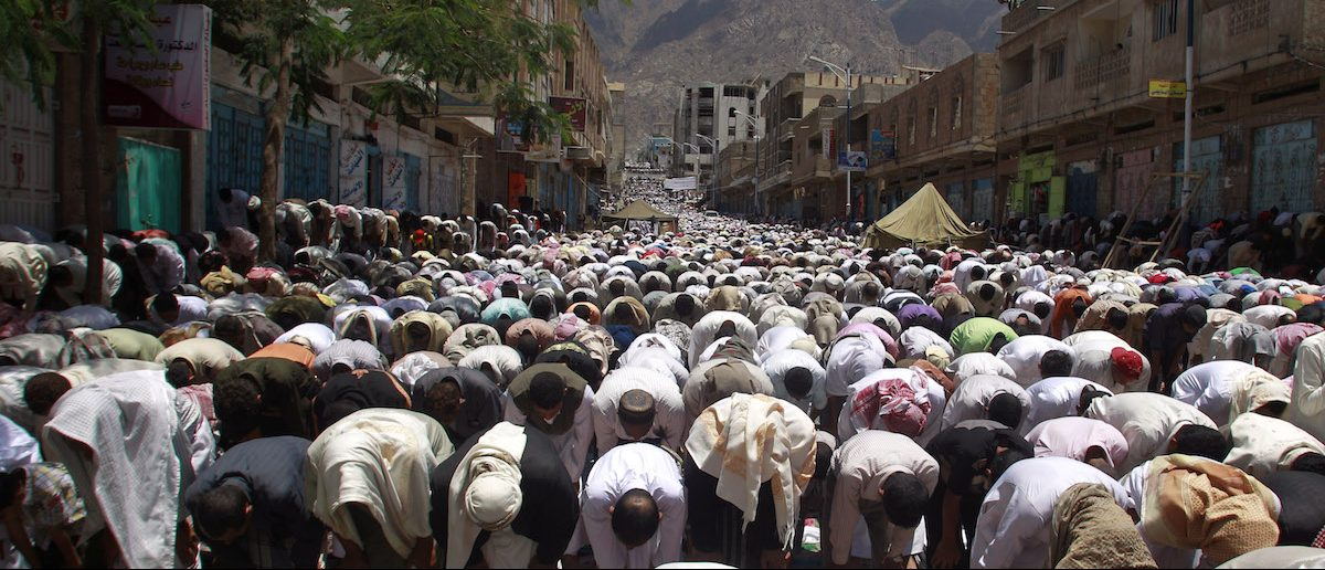 Anti-government protesters perform the Friday weekly prayers during a rally to demand the ouster of Yemen's President Ali Abdullah Saleh in the southern city of Taiz April 29, 2011. Vast crowds of Yemenis took to the streets on Friday to demand the immediate departure of Saleh, instead of the phased handover of power envisaged by a Gulf-mediated agreement. REUTERS/Khaled Abdullah (YEMEN - Tags: POLITICS CIVIL UNREST RELIGION) - RTR2LRLQ