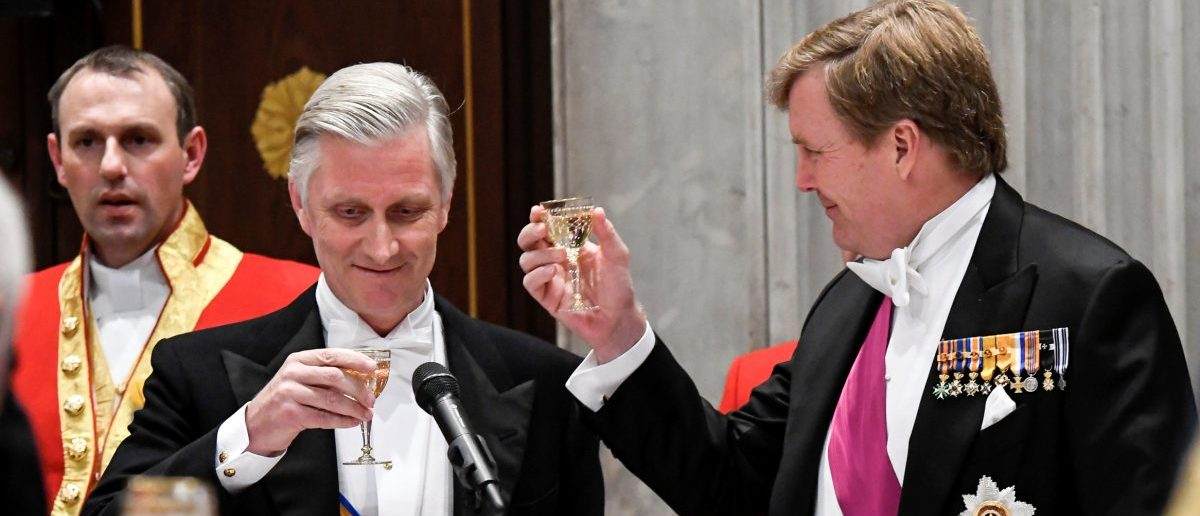 Belgian King Philippe and Dutch King Willem-Alexander (R) toast during a gala dinner at the Royal Palace in Amsterdam, part of an official state visit to the Netherlands, November 28, 2016. (Photo: REUTERS/Danny Gys/Pool)