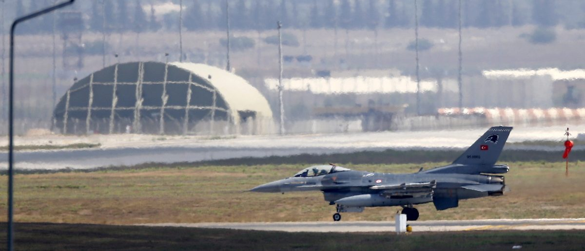 A Turkish Air Force F-16 fighter jet lands at Incirlik air base in Adana, Turkey, August 11, 2015. REUTERS/Murad Sezer - RTX1NXHI