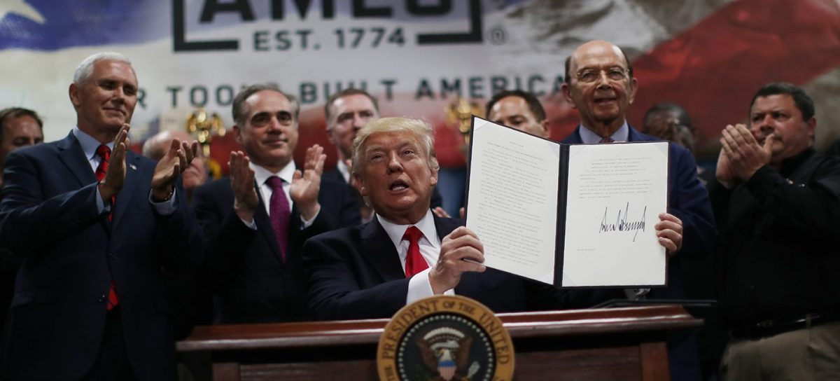 U.S. President Donald Trump holds an executive order on the establishment of office of trade and manufacturing policy, alongside Vice President Mike Pence (L) and Commerce Secretary Wilbur Ross during a tour at The Ames Companies in Harrisburg, Pennsylvania, U.S. April 29, 2017. (PHOTO: REUTERS/Carlos Barria)