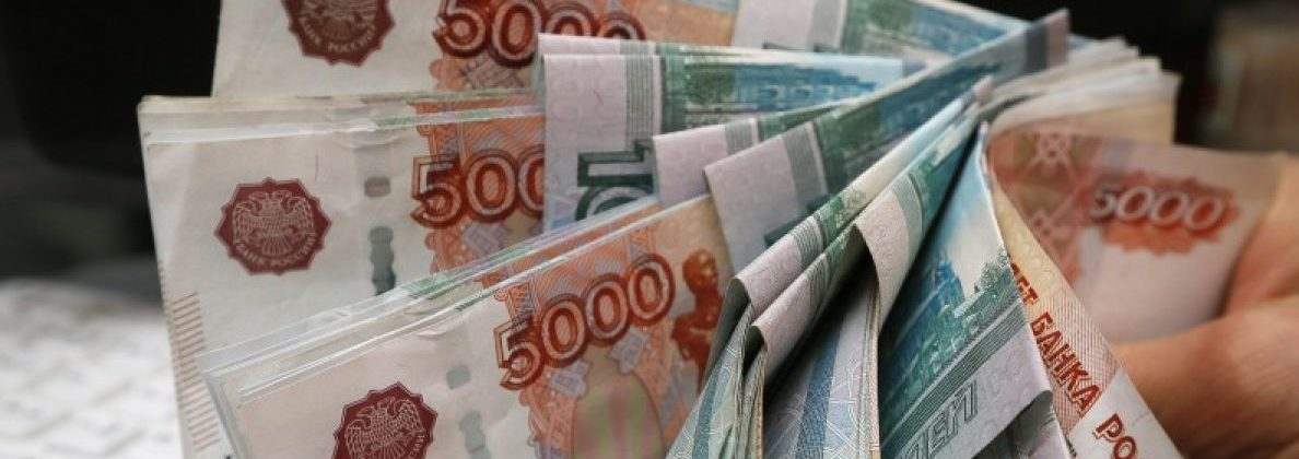 FILE PHOTO: An employee counts Russian rouble banknotes at a private shop in Krasnoyarsk, Russia December 26, 2014. REUTERS/Ilya Naymushin/File Photo