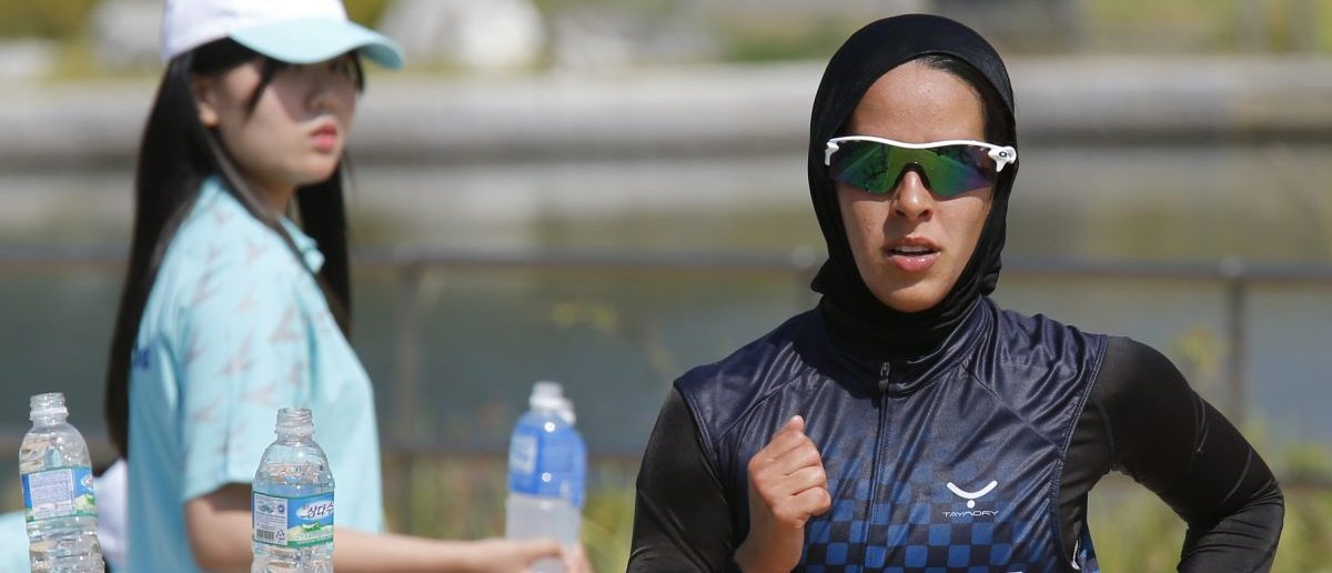 Kuwait's Najlaa I M Aljerewi, wearing a hijab, runs during the women's triathlon competition at Songdo Central Park during the 17th Asian Games in Incheon September 25, 2014. REUTERS/Kim Kyung-Hoon (SOUTH KOREA - Tags: SPORT TRIATHLON RELIGION) - RTR47MG5