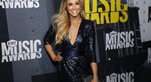 Canadian country singer Lindsay Ell looking drop dead gorgeous at the 2017 CMT Music Awards (REUTERS/Jamie Gilliam)