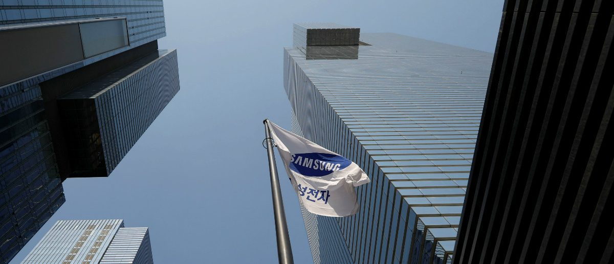 A flag bearing the logo of Samsung Electronics flatters at its office (R) in Seoul, South Korea February 28, 2017. (REUTERS/Kim Hong-Ji)