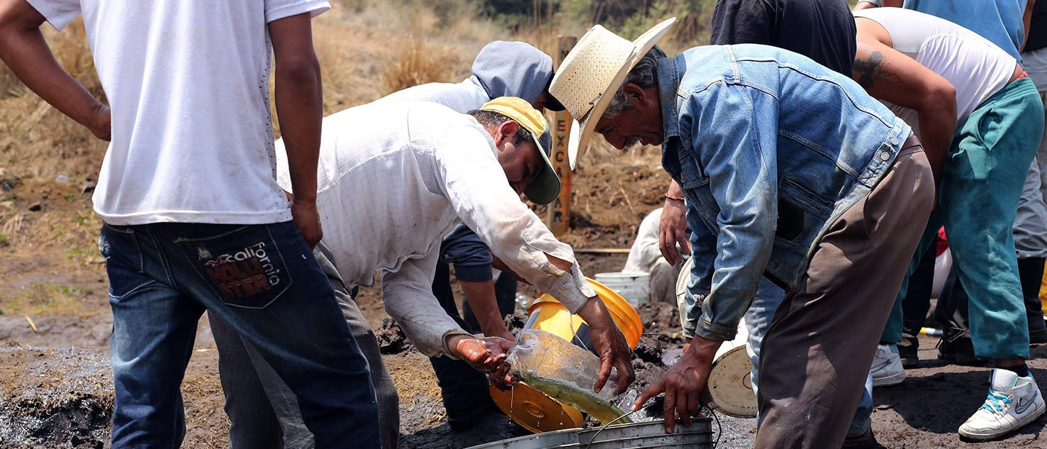 The police discovered a clandestine theft of diesel in San Francisco de Tlaloc, which caused a leak, and since Pemex does not have the machinery needed to collect the fuel, it gave permission to the villagers to take the diesel. Violent clashes between troops and suspected fuel thieves have left a dozen people dead, including several soldiers, over the past week. (PHOTO: Getty Images/AFP/Jose CASTANARES)