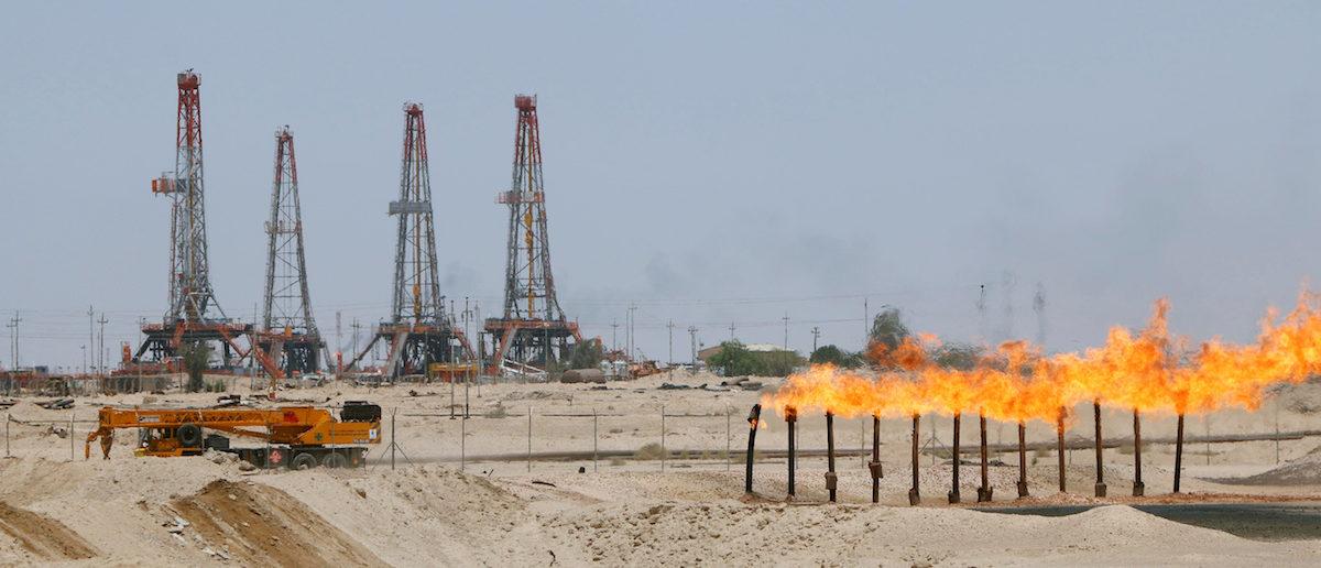 Flames emerge from a pipeline at Rumaila oilfield in Basra, Iraq, May 11, 2017. REUTERS/Essam Al-Sudani - RTS167JA