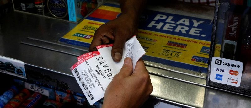A customer purchases Powerball lottery tickets for a $700 million jackpot at a newsstand in New York City, U.S., August 23, 2017. REUTERS/Brendan McDermid
