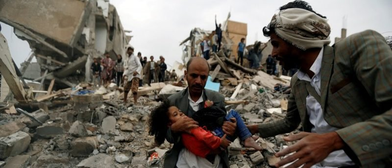 REFILE - CLARIFYING MEDICAL STATUS A man carries an injured girl, rescued from the site of a Saudi-led air strike in Sanaa, Yemen August 25, 2017. REUTERS/Khaled Abdullah