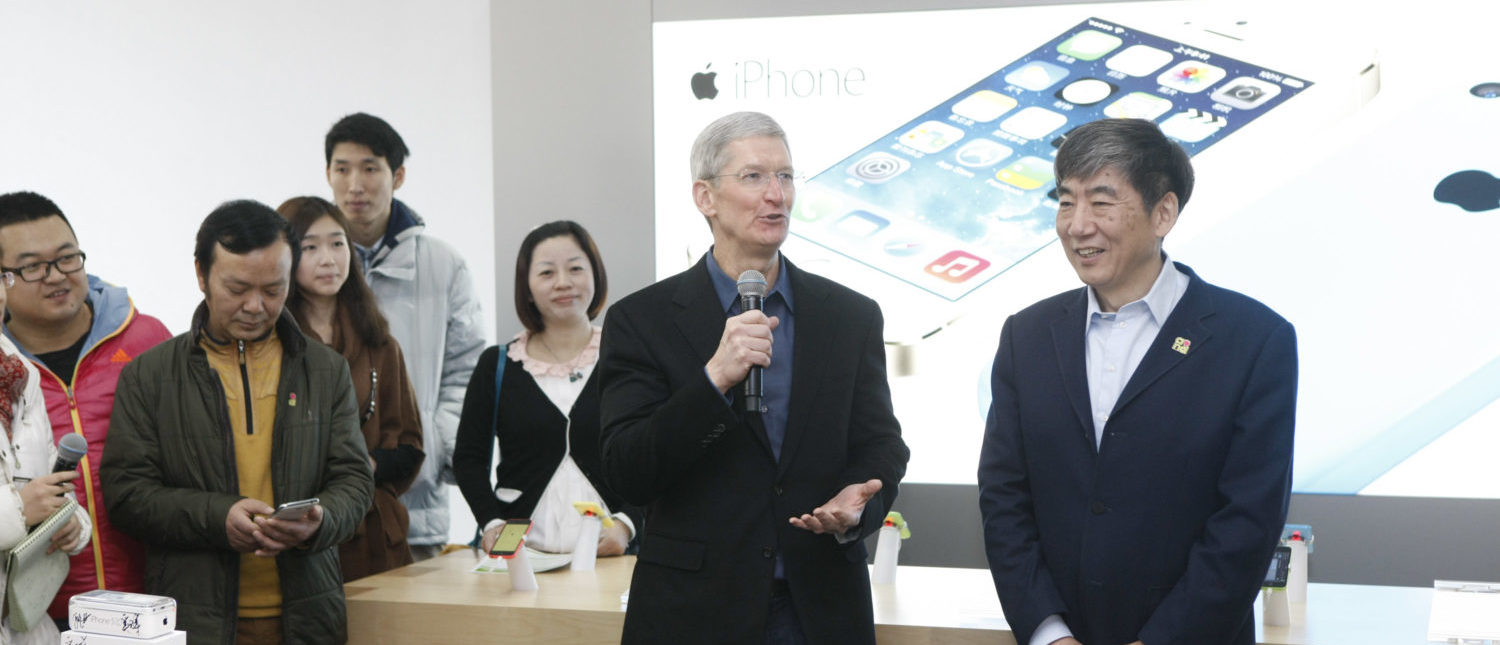 BEIJING, CHINA - JANUARY 17: Tim Cook, Chief Executive Officer of Apple Inc., and China Mobile Chairman Xi Guohua (R) visit a China Mobile shop to celebrate the launch of iPhone 5S and iPhone 5C on China Mobile's fourth generation (4G) network on January 17, 2014 in Beijing, China. Apple Inc. and China Mobile Limited, the world's largest carrier with over 760 million subscribers, signed a deal on December 23, 2013 after six years of negotiations. (Photo by VCG/VCG via Getty Images)