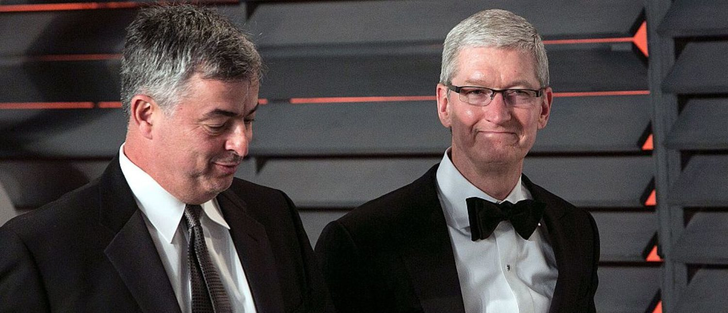 Apple chief executive officer Tim Cook and Apple senior vice president of Internet Software and Services Eddy Cue (L) arrive to the 2016 Vanity Fair Oscar Party in Beverly Hills, California on February 28, 2016. (Photo: ADRIAN SANCHEZ-GONZALEZ/AFP/Getty Images)