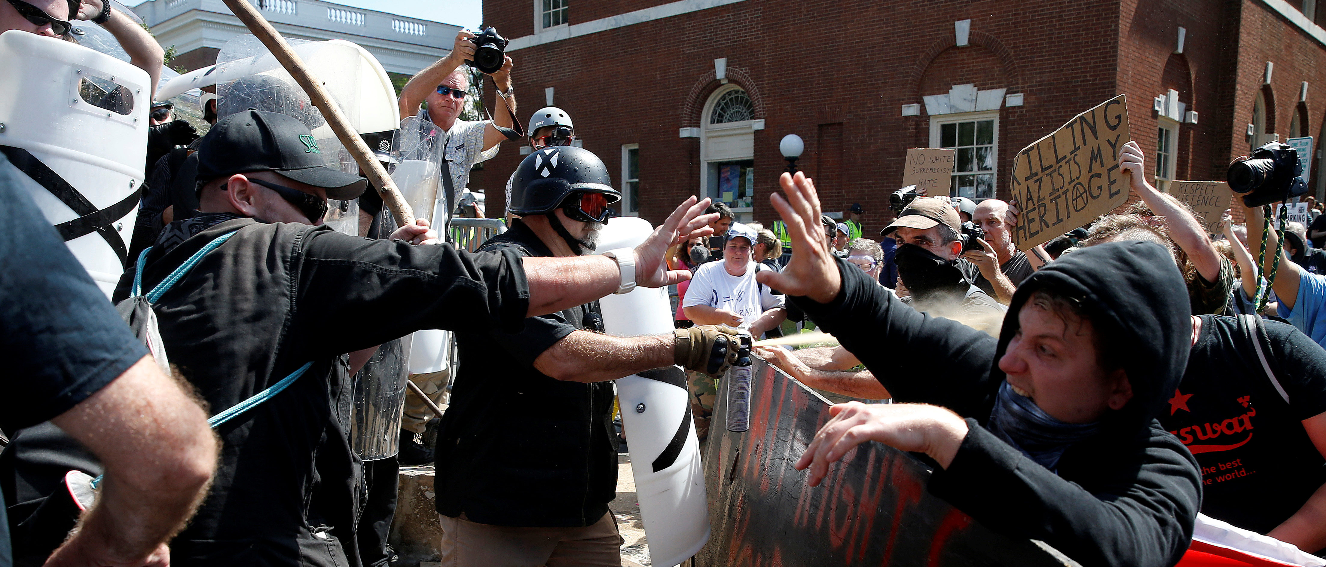 White supremacists clash with counter protesters at a rally in Charlottesville, Virginia, U.S., August 12, 2017. REUTERS/Joshua Roberts - RTS1BJU2