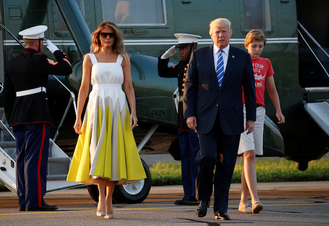 U.S. President Donald Trump along with wife Melania and son Barron walk from Marine One to board Air Force One in Morristown, New Jersey, U.S., on his way back to Washington August 20, 2017. REUTERS/Kevin Lamarque - RTS1CKVY