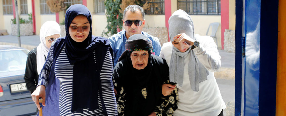 Jordanian women help their grandmother to cast her vote for parliamentary elections at a polling station in Amman, Jordan September 20, 2016. REUTERS/Muhammad Hamed - RTSOL6U