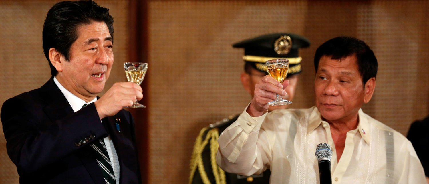 Philippine President Rodrigo Duterte and Japanese Prime Minister Shinzo Abe (L) toast glasses during a state dinner at the Malacanang Presidential Palace in Manila, Philippines, January 12, 2017. REUTERS/Francis Malasig