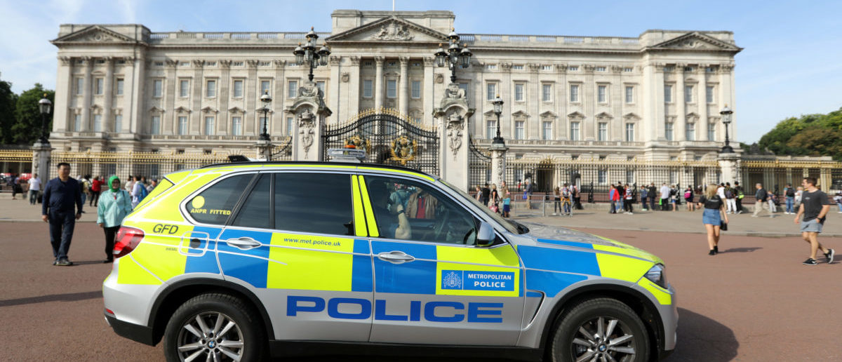 A police vehicle patrols outside Buckingham Palace in London, Britain August 26, 2017. REUTERS/Paul Hackett - RTX3DEDU