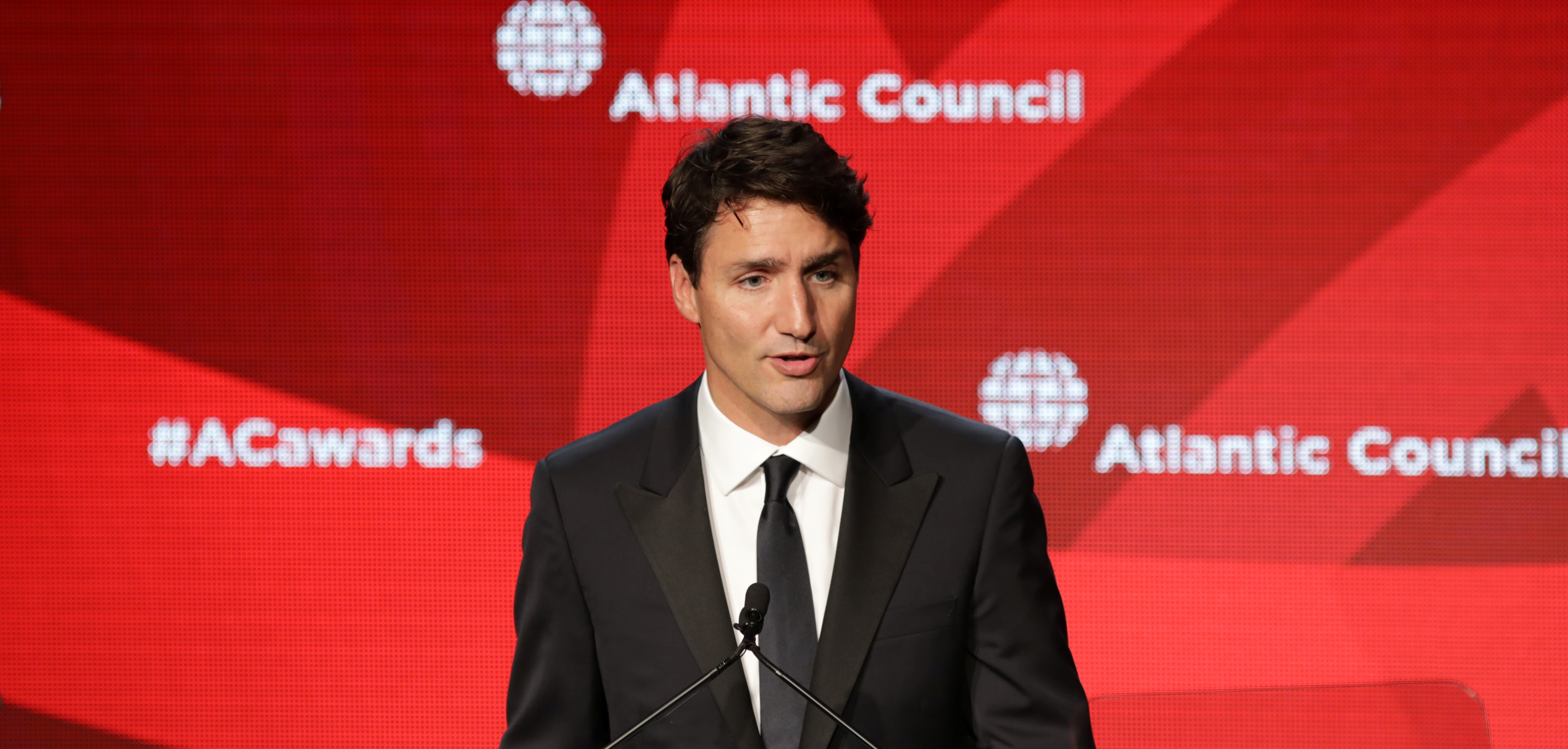 Canadian Prime Minister Justin Trudeau speaks after receiving the Global Citizen Award from the Atlantic Council in New York, U.S. September 19, 2017. REUTERS/Stephen Yang - RC1FFCB16B80